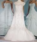 Brudklänning med släp i spets