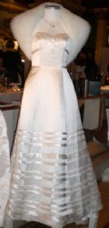 Klänning med sidenband och pälsjacka