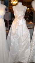 Glansig klänning med rosett i midjan